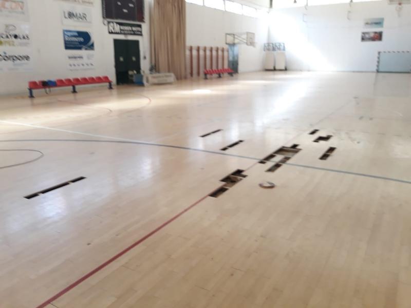 """La Concejalía de Deportes realiza trabajos de reparación del parquet en las zonas más deterioradas del Pabellón de Deportes """"Manolo Ibáñez"""""""