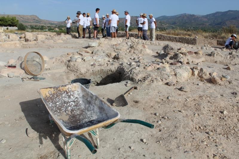 """Vídeo. Un total de 18 voluntarios participan en el VI Campo Arqueológico del Yacimiento de Las Cabezuelas, organizado por la Asociación para la Promoción Social y Turística """"Kalathos"""""""