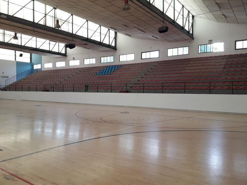 """La Concejalía de Obras y Servicios repinta la totalidad de las instalaciones del Pabellón de Deportes """"Manolo Ibáñez"""", una de las infraestructuras públicas más utilizadas del municipio"""