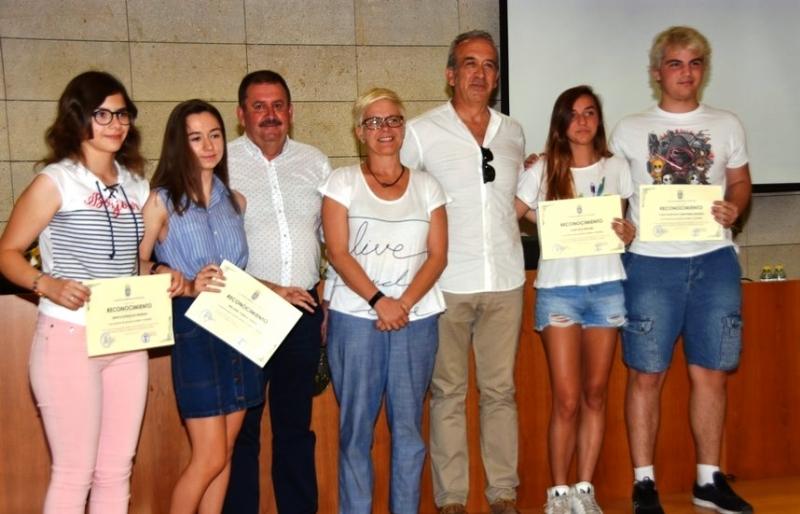 """VÍDEO. Se entregan los II Premios de Excelencia Académica del curso 2016/2017 a los alumnos de la ESO y Bachillerato del IES """"Juan de la Cierva"""""""