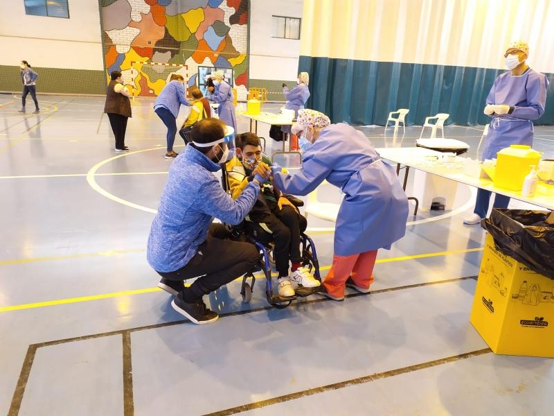 Usuarios y trabajadores de los Centros de Día para la Discapacidad y Personas Mayores reciben la primera dosis de la vacuna contra el COVID-19
