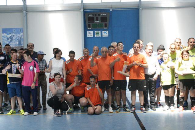 Usuarios de centros con discapacidad intelectual de la Región celebran una jornada deportiva en Totana disputando una competición de fútbol sala y diferentes concursos