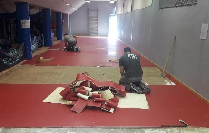 La Concejalía de Deportes sustituye el pavimento sintético de la Sala de Tenis de Mesa del Pabellón de Deportes