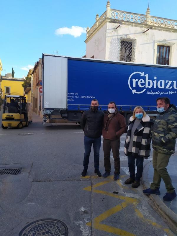 El concejal de Bienestar Social visita el Banco de Alimentos del Segura para trasladar la comida que correspondía a Cáritas de las Tres Avemarías