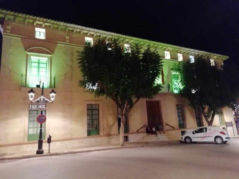 La fachada del edificio principal del Ayuntamiento se ha iluminado de color verde durante este fin de semana con motivo del Día Nacional de la Artritis