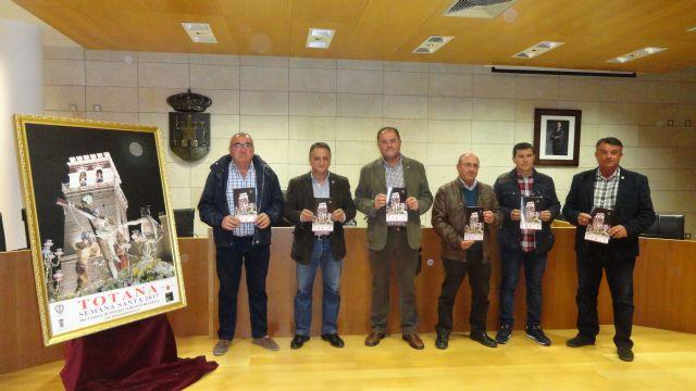 VÍDEO. El Ayuntamiento edita un programa de mano con los actos y procesiones de la Semana Santa del 2017, que se distribuirá en la Oficina de Turismo y a través de las 17 cofradías y hermandades
