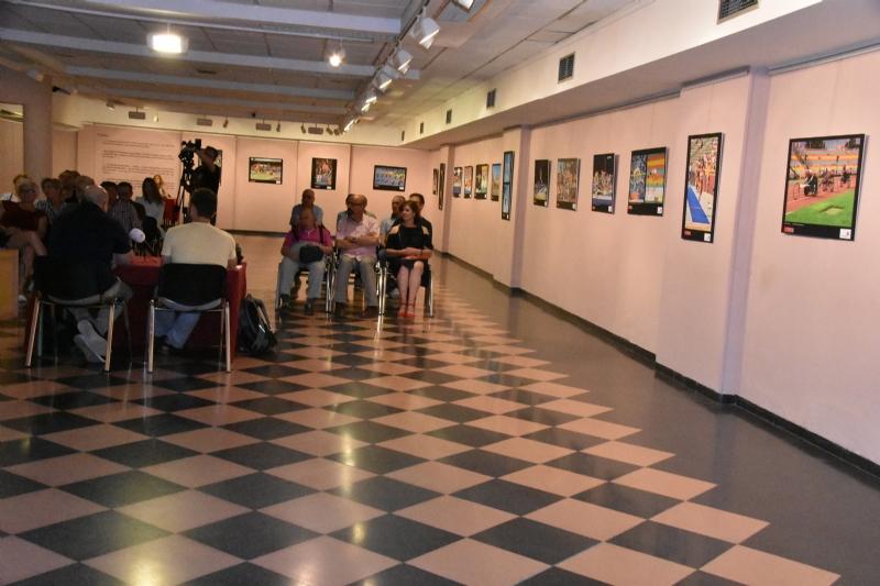 El profesor de la UMU Luis Conte imparte una charla sobre su trabajo fotográfico en el Campeonato Europeo de Atletismo y el deporte como herramienta de integración social