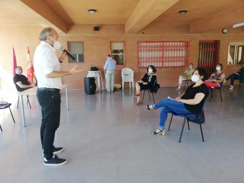 Representantes de la comunidad educativa de Totana se reúnen con responsables del proyecto de intervención sociocomunitaria para convertir los centros en estructuras resilientes frente al COVID-19