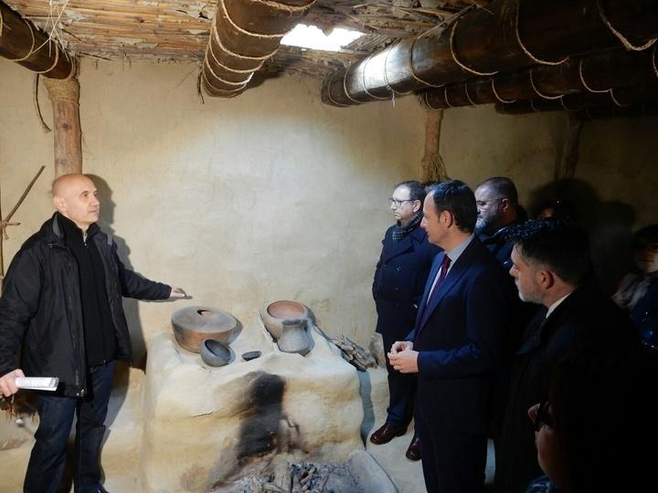 Vídeo. La réplica de la Casa Argárica impulsará el yacimiento arqueológico de La Bastida y permitirá que los visitantes del poblado comprendan mejor el estilo de vida de la Edad de Bronce