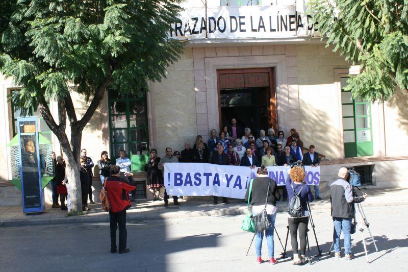 Vídeo. Se guarda un minuto de silencio como señal de condena por el último caso de violencia machista en Elda (Alicante), el cuadragésimo cuarto en lo que va de año en España