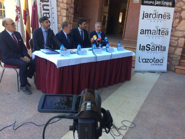 """Vídeo. La mercantil """"Hoteles de Murcia, SA"""" asume la gestión del complejo hotelero de La Santa para los próximos veinte años, cuyo servicio de alojamientos se prestará presumiblemente a partir de febrero"""