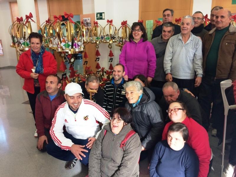 Vídeo. Usuarios de los centros de día para la discapacidad de Totana hacen entrega a la Asociación de Comerciantes de los adornos de Navidad que decorarán de forma uniforme los establecimientos