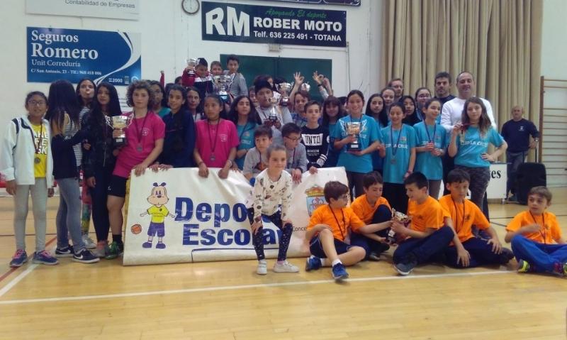 """Deportes pone punto y final a la Fase Local de Baloncesto de Deporte Escolar con la entrega de trofeos, donde los colegios """"Santiago"""", """"Tierno Galván"""" y """"La Cruz"""" se proclamaron campeones"""