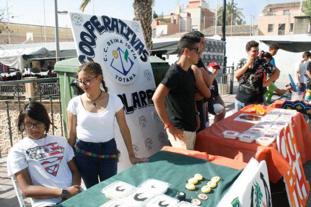 Autoridades municipales visitan el minimarket que los alumnos del Colegio Reina Sofía han organizado en el mercadillo semanal
