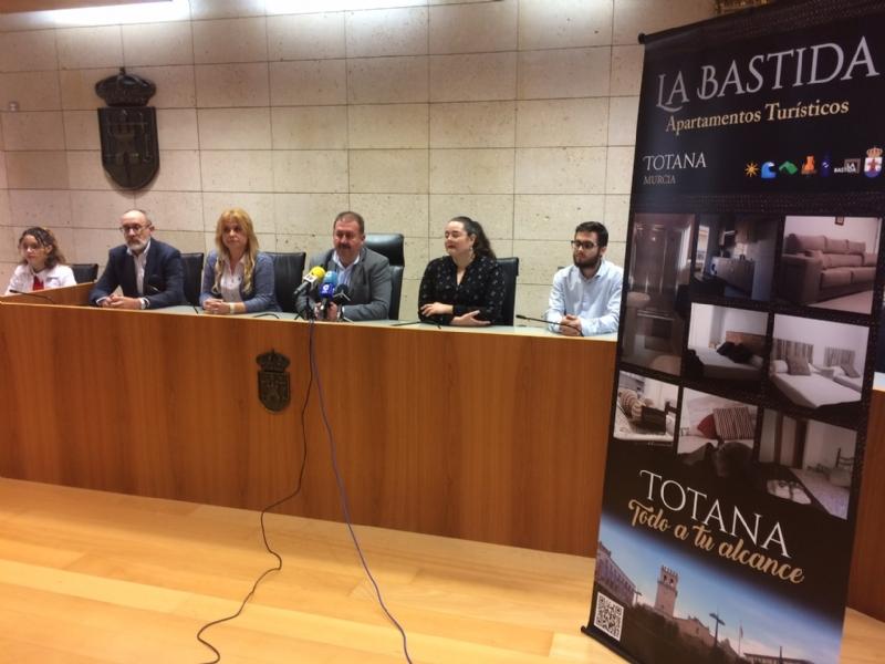 """Vídeo. Se presenta el nuevo servicio de Apartamentos Turísticos """"La Bastida"""", en la calle Héroe Bartolomé Cayuela de esta localidad, para ampliar la oferta de alojamientos a visitantes"""
