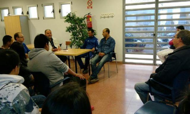 Autoridades municipales se reúnen con los usuarios de la pista polideportiva de la Era Alta con el fin de revisar la normativa de uso y funcionamiento de esta infraestructura