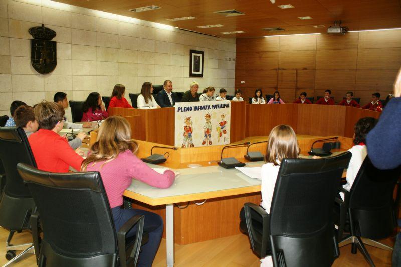 """Mario Sánchez García, del CEIP """"Santa Eulalia"""", toma posesión como nuevo alcalde infantil de Totana en el transcurso del II Pleno Infantil, que ha llevado por título """"Qué hacemos en Totana"""""""
