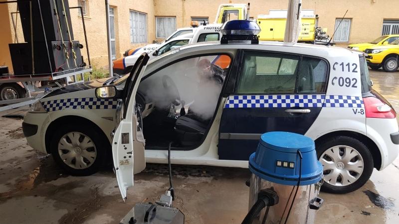 Desinfectan, en profundidad y de forma desinteresada, toda la flota de vehículos de Policía Local y Protección Civil de Totana
