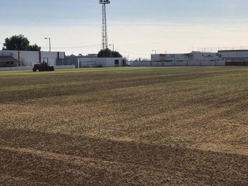 Acometen la resiembra de invierno del césped del estadio municipal