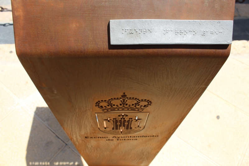 Instalan una réplica en bronce de la Fuente Juan de Uzeta con un código QR que ofrece información añadida de este monumento y un lector braille para discapacitados visuales