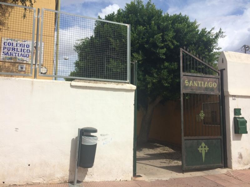 """La Concejalía de Obras e Infraestructuras renueva la totalidad de las puertas del CEIP """"Santiago"""" que quedaban por adaptarse a la nueva normativa por importe total de 4.650 euros"""