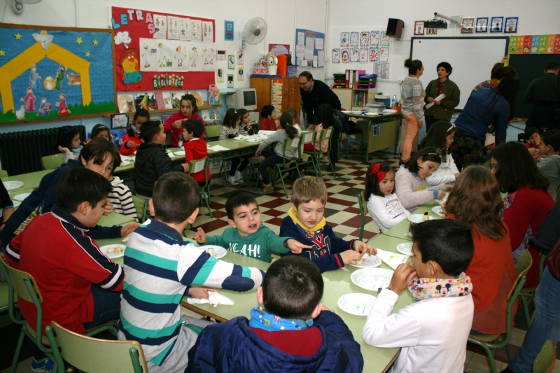 """Un centenar de niños se benefician esta Navidad del servicio de conciliación de la vida laboral y familiar, que oferta Juventud y coordina """"El Candil"""" en los colegios """"Santiago"""" y """"La Cruz"""""""