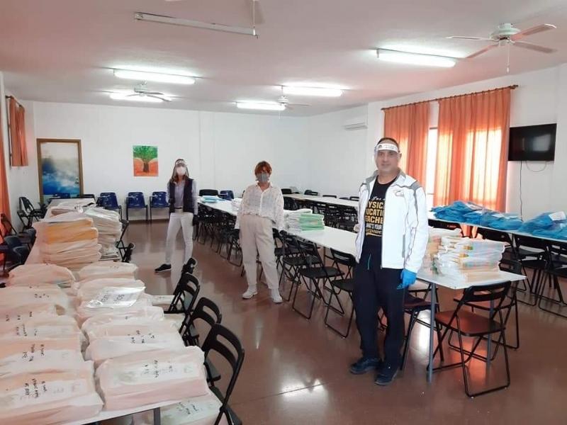 Finaliza la entrega de libros y material escolar en los diferentes colegios de Totana para encarar el tercer trimestre del curso escolar a domicilio