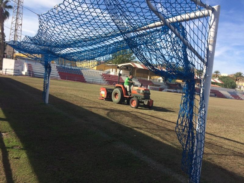 """La Concejalía de Deportes realiza trabajos de resiembra en el estadio municipal """"Juan Cayuela"""" para garantizar su mantenimiento, que no se podrá utilizar hasta mediados del próximo mes de enero"""