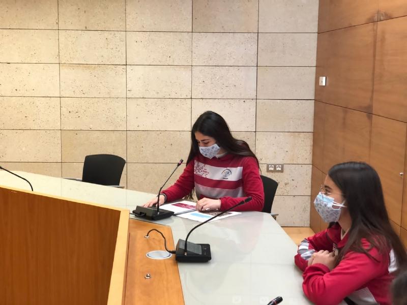 El alumnado del Colegio Reina Sofía presenta a las autoridades locales el Proyecto #Merezcounacalle que aboga por alcanzar la igualdad de los nombres de hombres y mujeres en el callejero