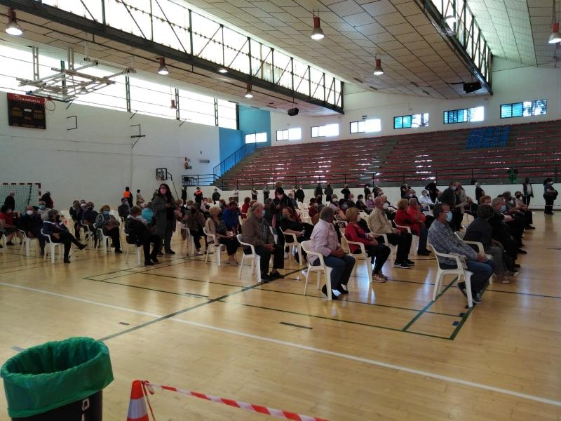 """Un total de 1.308 personas más nacidas entre los años 1941 y 1953 fueron vacunadas ayer en el Pabellón de Deportes """"Manolo Ibáñez"""""""