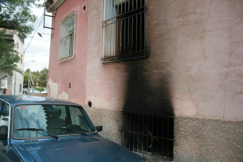 La Policía Local rescata a un hombre de un incendio tras arrancar la reja de una vivienda deshabitada del Paseo de Las Ollerías, que había ocupado ilegalmente