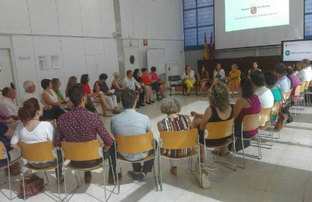 El alcalde y la concejal de Educación asisten a la reunión en la Consejería para tratar los planes y medidas del Gobierno regional para abordar las altas temperaturas en los centros de enseñanza