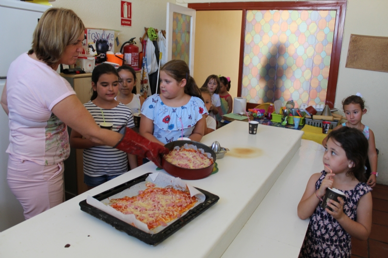 """Cerca de una veintena de niños y niñas participan en el Taller de Cocina Creativa y Divertida que se celebra en las cocinas del Centro Sociocultural """"La Cárcel"""""""