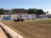 Acometen la resiembra de invierno del césped del estadio municipal 'Juan Cayuela' para iniciar con garantías la nueva temporada