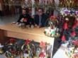 Vídeo. Usuarios de los centros de día para la discapacidad de Totana hacen entrega a la Asociación de Comerciantes de los adornos de Navidad que decorarán de forma uniforme los establecimientos - Foto 6