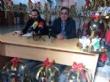 Vídeo. Usuarios de los centros de día para la discapacidad de Totana hacen entrega a la Asociación de Comerciantes de los adornos de Navidad que decorarán de forma uniforme los establecimientos - Foto 7