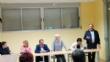 Más de una veintena de padres y madres asisten a la reunión para analizar el futuro de la comunidad educativa y el centro de enseñanza de la pedanía de Lébor - Foto 2