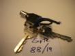 Ver foto 65 - EXPTE.88/19 2 LLAVES DE PUERTA Y 1 LLAVE DE ALARMA CON UN CORDON AZUL
